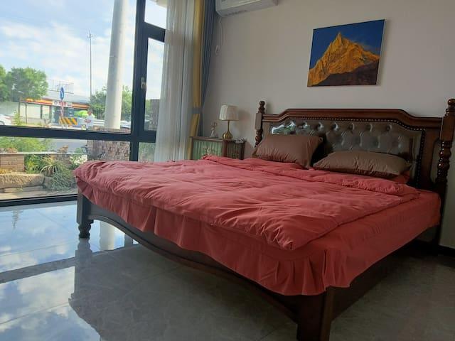 卧室一,2米*2米的加大床。落地窗,视野开阔。