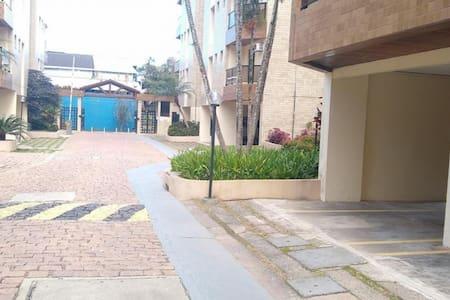 entrada do condomínio  com faixa exclusiva demarcada na cor cinza.