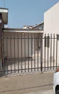 Tiene foco exterior y frente a la casa está una luminaria del alumbrado público con excelente iluminación.