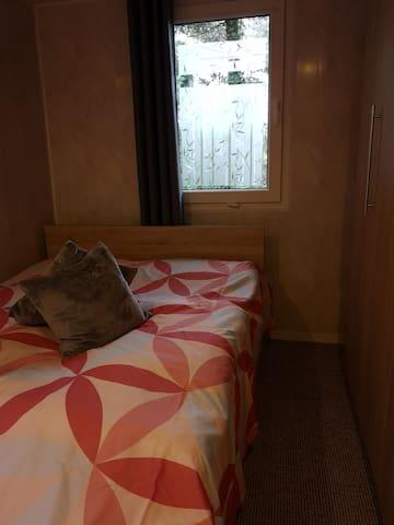 Schlafzimmer (Doppelbett 140cm)