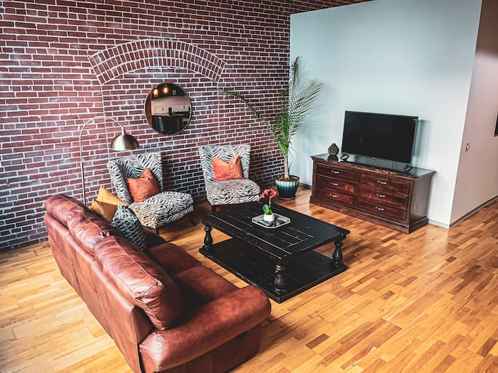 ✦Large Downtown Loft✦Sleep 4✦Walk to Attractions✦