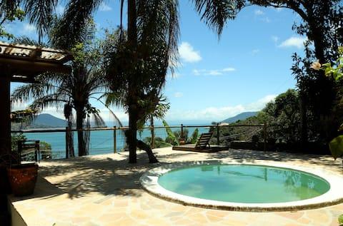 Ilhabela com piscina e vista para o mar