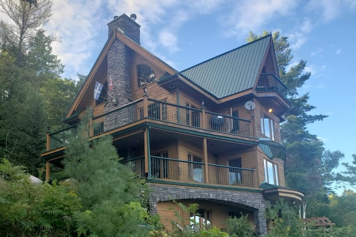 Lakefront Pineview Chalet + Spa on Lac Orignal