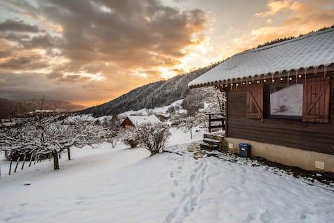Mały domek kokon w cichym i górskim widoku