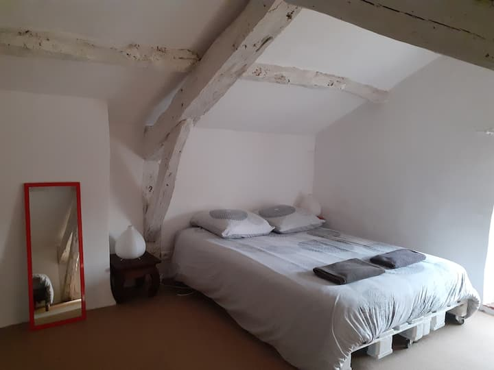 Chambre mansardée dans maison de charme de village