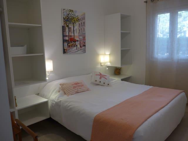Slaapkamer gelijkvloers met 2 boxspring bedden of 1 bed (180x200 cm)