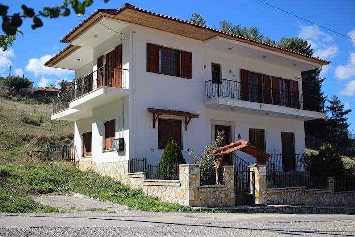 Velia Guesthouse - Σπίτι με θέα μέσα στα Καλάβρυτα