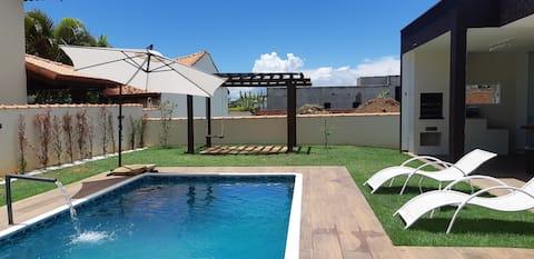 Moderna com piscina no Condomínio Ninho Verde 1