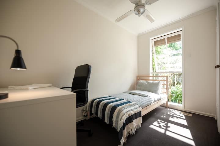 Beautiful Sunny Single room +Pool+home cinema+NBN