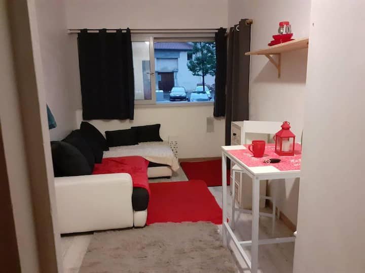 petit studio,propre, clair ,RDC, Cv