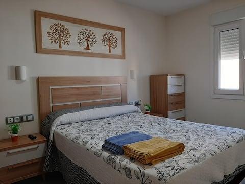 Habitación de matrimonio con armario doble en Rota