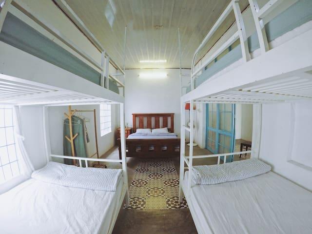 Bedroom #7 - Queen bed & bunk beds - 6 people
