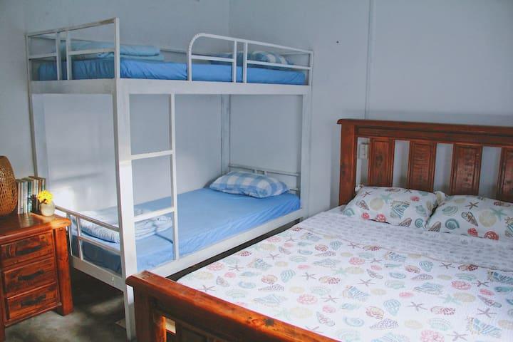 Bedroom #4 - Queen bed & bunk bed - 4 people