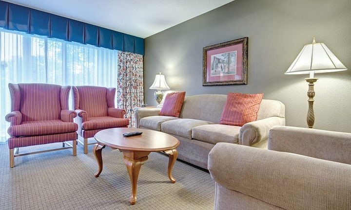 ✦AWESOME FAMILY GET AWAY in Our SPACIOUS 3 Bedroom Suite ✦ Accommodates 10 Guests!