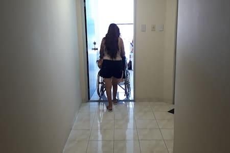 Amplio corredor entre el ascensor y la puerta de entrada al departamento, iluminación excelente