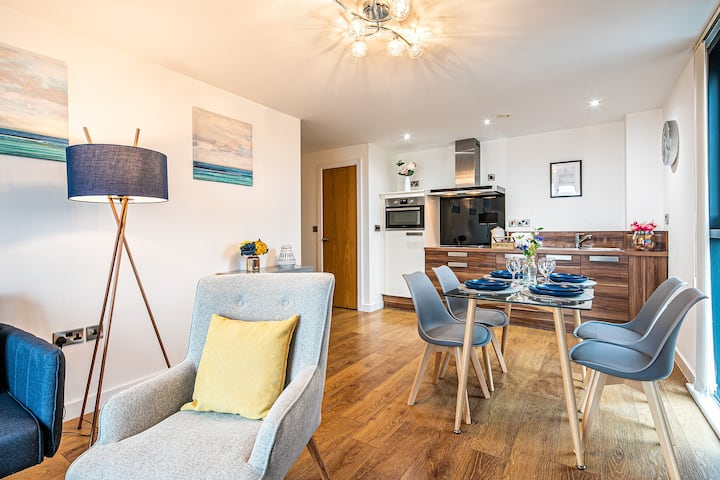 ★Stylish & Spacious 2 Bed Luxe Apt - Free Parking★