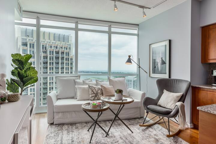Ent District 3 Bedroom + 2Bath + Parking- CN Tower