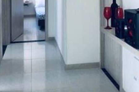 No hay escaleras, y los pasillos son amplios