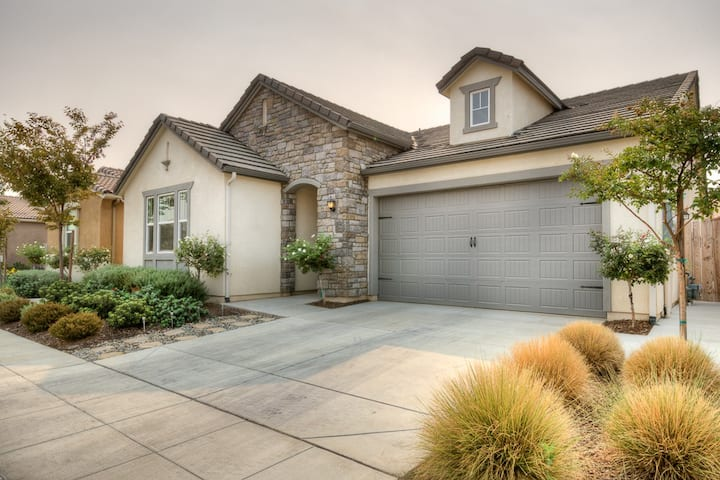 Stunning Large Home in Quiet Clovis Neighborhood