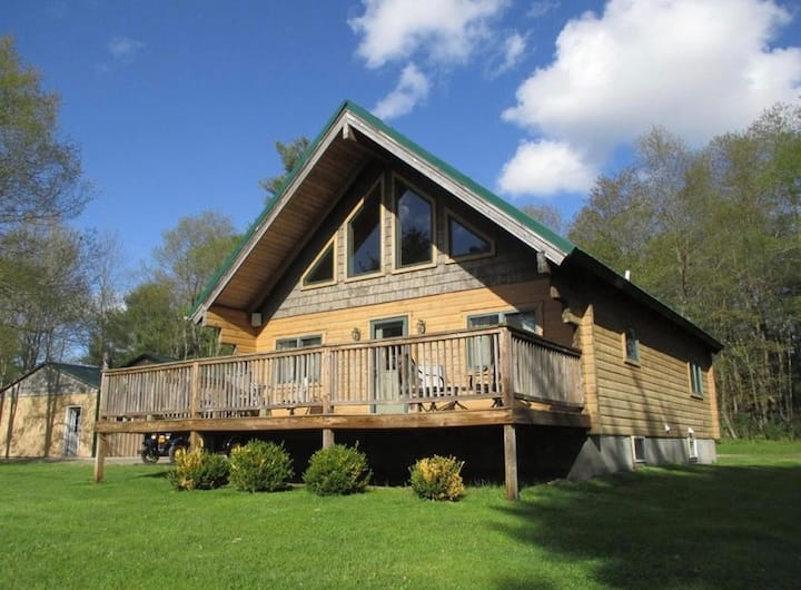 Beautiful Private Log Cabin, 3 bedrooms, 5 acres