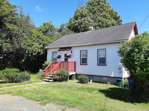 Carscadden Cottage- in the Heart of Sooke