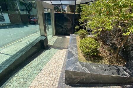Rampa de acesso à portaria do prédio. Opção de entrada além da escada principal.