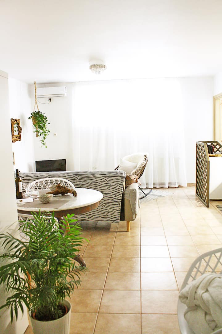 Cool Boho Apartment, 1min to Highway, Parking