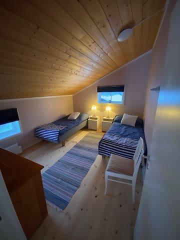 Sovrum på loftet med två 90-sängar.