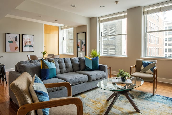 Modern 2 BR Apt in Downtown