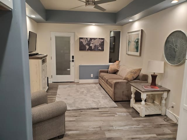 New quiet modern apartment 1BD / 1BTH / SOFA BED