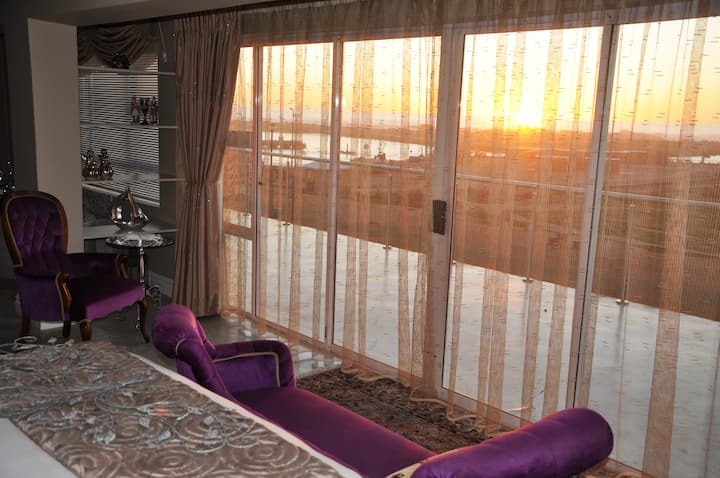 WATERFRONT @TheBay Guest Villa: Suite for Royalty