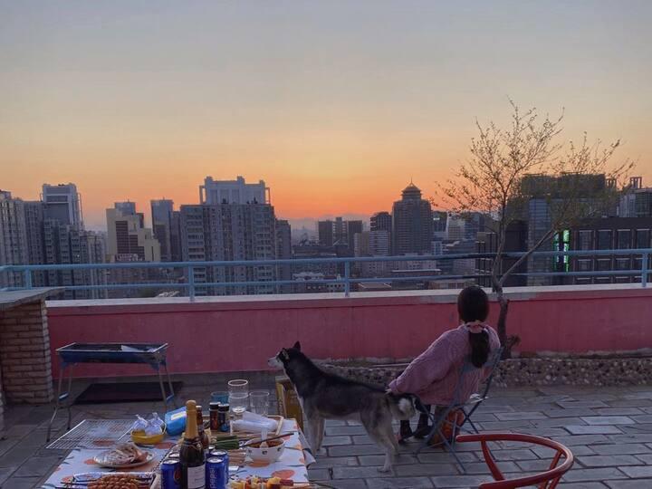 可长租青年设计师汁汁的家~步行8分钟抵达三里屯,工体,酒吧街;100平私人露台可观北京城的灯火与黎明