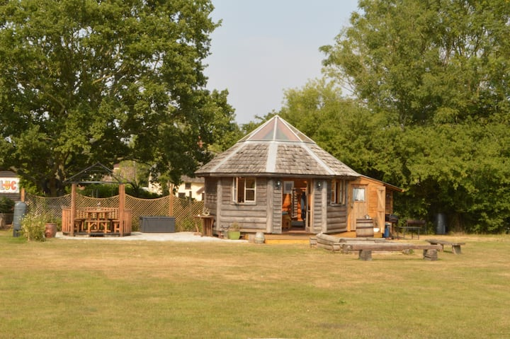 Log Cabin & Converted Stables-Quiet Suffolk Escape