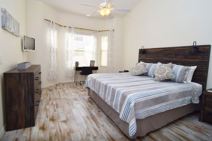 Stylish and spacious king master suite with new furnishings throughout, flat screen SMART TV, ceiling fan, en suite bathroom and workspace with desk and chair