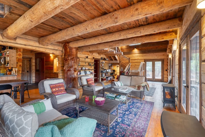 Stunning Rustic Log Cabin on White River