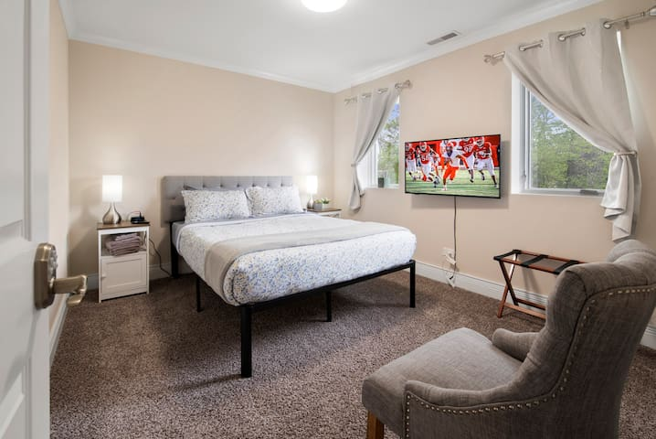"""Bedroom #2 Queen bed, 4K smart TV, Hypoallergenic pillows, mattress cover. 100% cooling Bamboo sheets, Microfiber duvet cover. """"Blackout"""" curtains"""