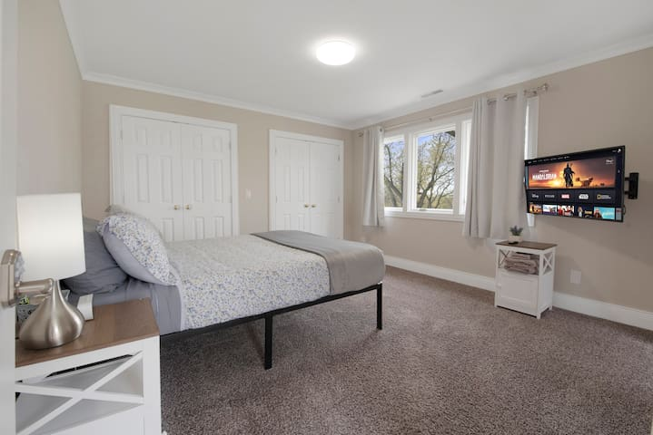 """Bedroom #3  Queen bed, 4K smart TV, Hypoallergenic pillows, mattress cover. 100% cooling Bamboo sheets, Microfiber duvet cover. """"Blackout"""" curtains"""
