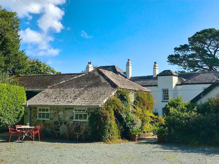 Pretty coach-house cottage close to the sea