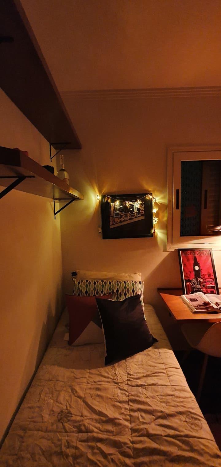 Quarto em apartamento com decoração diferenciada!