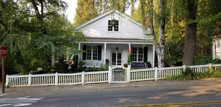 Shaw House: 2 min walk to town, on Deer Creek.
