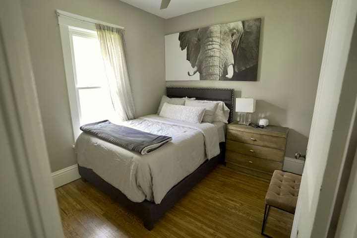 """2nd Bedroom on 1st Floor - Queen bed with Helix pressure relief mattress, mattress protector, firm cooling pillows. 50"""" tv, ceiling fan and sound machine if needed"""