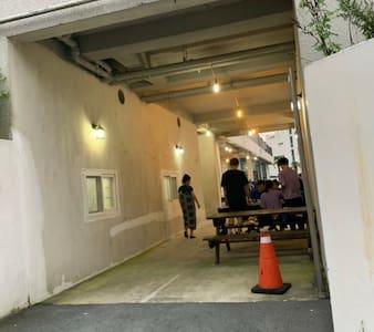 경계석이 없습니다 모두 휠체어 이동시 불편함 없고  엘리베이터 바로 연결돼요