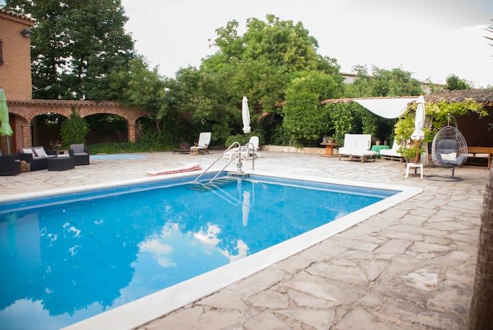 Casa amb jardí i piscina i espais d'esbarjo.