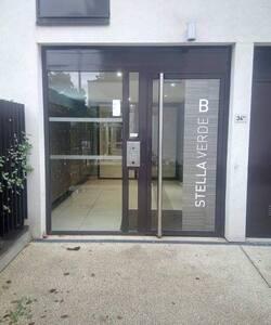 l'interphone Apt 006 chez Peixoto la porte s'ouvre  appartement rez-de-chaussée premier couloir à droite et c'est la porte au fond du couloir