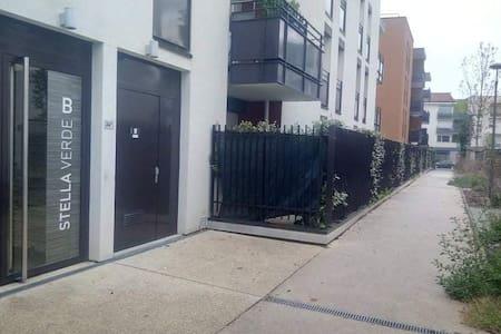 Ce couloir est accessible depuis la rue de la république et de l'autre côté accessible depuis le parking de la poste