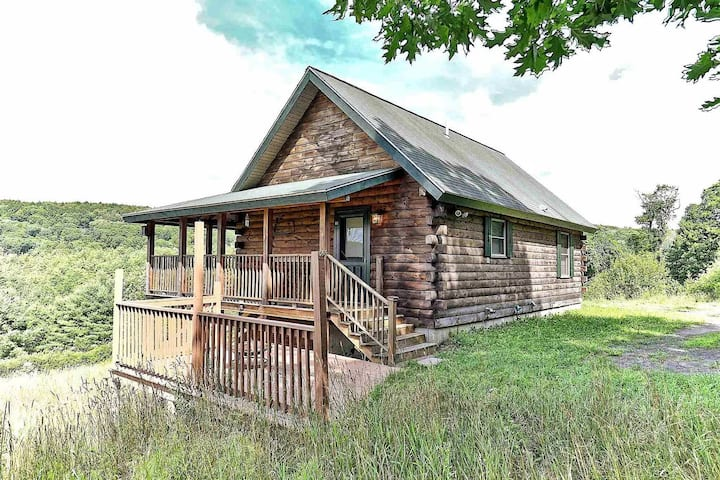 Log Cabin in the hills, fast wifi, beautiful views