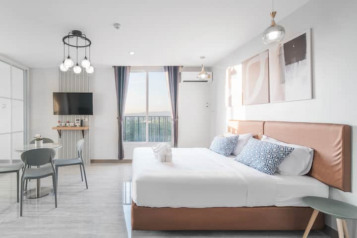 Spacious  Family Suite 2 Beds,2 baths + bathtub