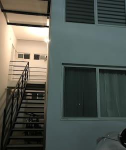 Es un departamento en planta alta con buena iluminación.