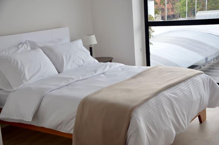 Habitación master amplia con cama doble y luz natural./ Big master bedroom with double bed and natural lightning.