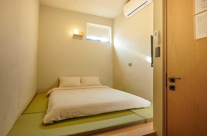 日式風格小屋:和室房(獨立套房專屬衛浴)。桃園機場捷運高鐵交流道快速方便
